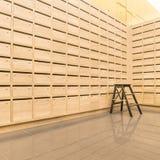 Le courrier en bois de casier enferme dans une boîte postal pour gardent votre information Photo libre de droits