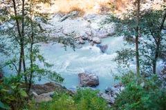 Le cours d'eau de la rivière de la montagne Photos libres de droits
