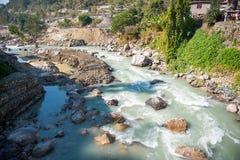 Le cours d'eau de la rivière de la montagne Photo libre de droits