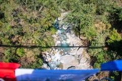 Le cours d'eau de la rivière de la montagne Images stock