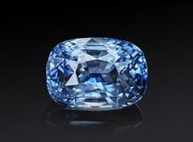 Le coussin de scintillement transparent bleu de luxe de forme de pierre gemme a coupé le saphir d'isolement sur le fond noir image stock