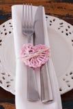 Le couteau blanc de fourchette de serviette de plat avec le crochet rose fait main entendent Photos stock
