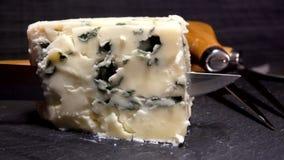 Le couteau coupe et soulève un morceau de fromage de bleu-moule clips vidéos