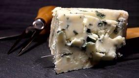 Le couteau coupe et soul?ve un morceau de fromage de bleu-moule banque de vidéos