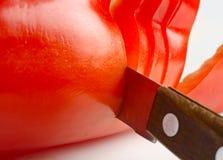 Le couteau coupe le fruit du paprika Image stock