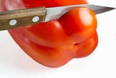 Le couteau coupe le fruit du paprika Image libre de droits