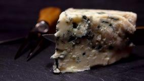 Le couteau a découpé un morceau de fromage de bleu-moule banque de vidéos