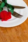 Le couteau et la fourchette de la plaque avec se sont levés Image stock