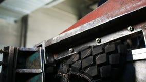 Le couteau puissant rouge coupe le pneu de camion contre l'opérateur dans le masque banque de vidéos