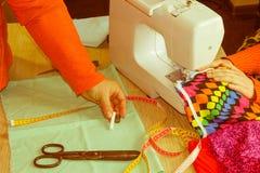 Le couturier coud une robe dans le studio Couturier faisant a Images stock