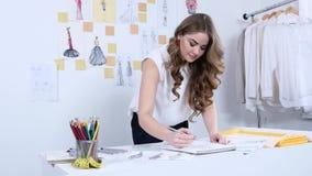 Le couturier dessine des croquis pour une nouvelle collection dans son atelier banque de vidéos