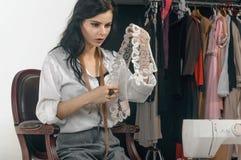 Le couturier sélectionne les articles de l'habillement Photographie stock