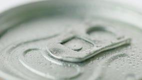 Le couvercle de la boîte en aluminium de la boisson carbonatée est couvert de gouttelettes de condensat Photographie stock libre de droits