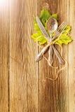 Le couvert de dîner d'automne pour le Thanksgiving avec l'érable coloré part sur les conseils en bois rustiques photo stock