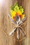 Le couvert de dîner d'automne pour le Thanksgiving avec l'érable coloré part sur les conseils en bois rustiques image stock