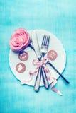 Le couvert de fête de table de dîner avec a monté, décoration de ruban et cartes de message d'amour Photographie stock libre de droits