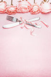 Le couvert romantique de table avec le ruban et les roses encadrent la décoration sur le fond pâle rose, vue supérieure Images stock