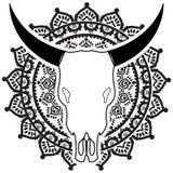 Le crâne d'animal sauvage en noir et blanc avec swirly des éléments a inspiré les tatouages à la main dessinés et l'art de person Photos libres de droits