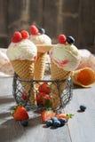 Le crème avec le fruit Images stock