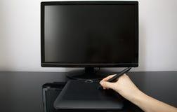 Le créateur féminin utilise le crayon lecteur et la tablette Photographie stock libre de droits