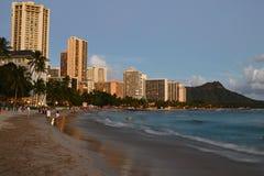 Le crépuscule approche la plage de Waikiki dedans en Hawaï Photo libre de droits