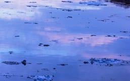 Le crépuscule dans l'eau d'hiver avec glace photos libres de droits