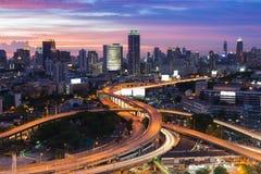 Le crépuscule de Bangkok a élevé la jonction et l'échange de route Images libres de droits