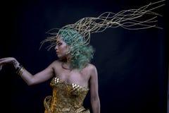 Le crépuscule, femme latine avec les cheveux verts et diadème d'or, porte un ha Photographie stock