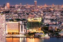 Le crépuscule regarde la ville de Bangkok Photo stock
