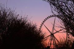 Le crépuscule sous la roue de ferris Photos stock