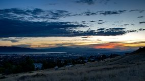 Le crépuscule tombe au-dessus d'une ville somnolente dans une vallée avec des montagnes et d'un lac à l'arrière-plan photo libre de droits