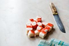 Le crabe découpé en tranches colle des tranches de Surimi sur la surface de marbre tout préparé photo stock