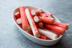 Le crabe frais colle Surimi dans la cuvette en céramique tout préparé image libre de droits