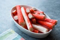 Le crabe frais colle Surimi dans la cuvette en céramique tout préparé photos stock