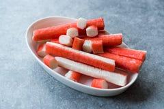 Le crabe frais colle Surimi dans la cuvette en céramique tout préparé photos libres de droits