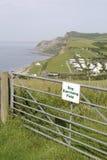Le crabot exerçant la zone signent dedans Dorset, Angleterre Photographie stock libre de droits