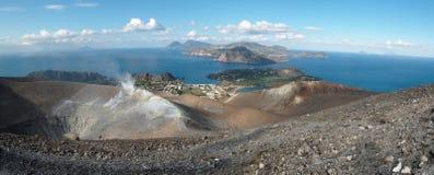 Le cratère de Vulcano et les îles éoliennes s'approchent de la Sicile Image libre de droits