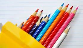 Le crayon crayonne le cadre sur le papier rayé. Images libres de droits
