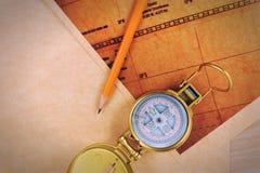 Le crayon, la boussole et le vintage tracent sur une table en bois images libres de droits
