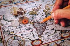 Le crayon, la boussole et le vintage tracent sur une table en bois photos stock