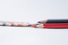 Le crayon rouge se trouve sur le fond blanc Photo stock