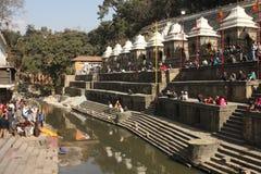 Le cremazioni sono effettuate al tempiale di Pashupatinath Fotografie Stock Libere da Diritti