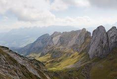 Le creste della roccia formano la valle, Svizzera Immagini Stock