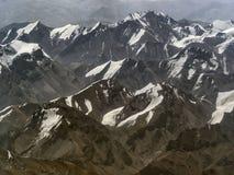 Le creste sono le alte montagne dell'Himalaya: le catene delle colline allungano parallelo, picchi dei picchi sono cov Fotografia Stock Libera da Diritti