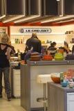 Le Creuset商店的被点燃的内部爱尔兰` s有名望的基尔代尔村庄零售批发市场的 免版税图库摄影