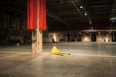 Le cric de palette se repose dans le hall de convention vide image libre de droits