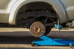 Le cric de voiture pour soulever le camion pick-up pour enlèvent le pneu Photo libre de droits