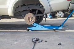 Le cric de voiture pour soulever le camion pick-up pour enlèvent le pneu Photographie stock libre de droits
