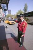 Le crieur public dans la veste rouge réclame la cabine devant l'hôtel de ruelle de parc de Helmsley sur le Central Park occidenta photo stock
