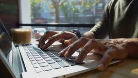 Le critique utilise l'ordinateur portable pour le travail r images libres de droits